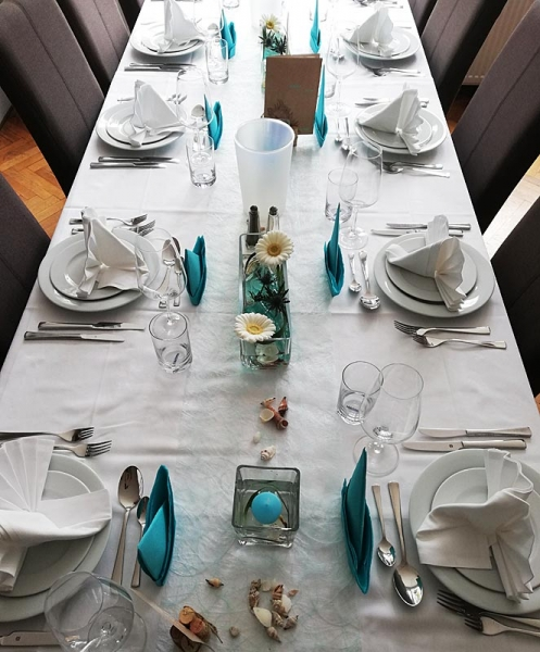 puristische Tischdekoration mit Gerbera