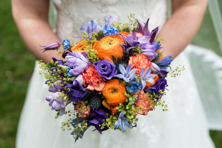 Brautstrauß mit Farbkontrasten aus unserem BlumenStudio in Kiel