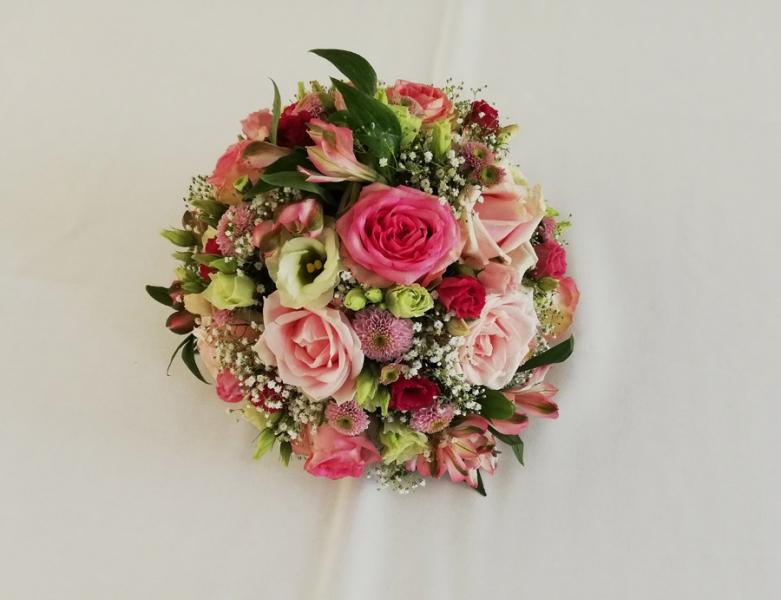 runder Brautstrauß mit rosa Rosen, Chrysanthemen, Schleierkraut