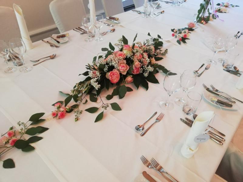 festliche Tischdekoration, Rosengesteck für die lange Tafel