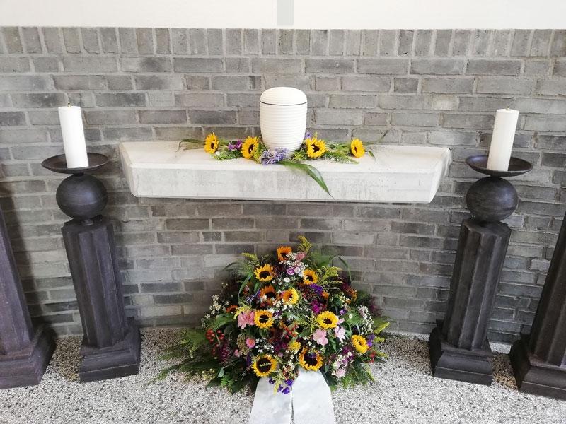 Floristik für die Kapelle in Kiel: Trauergesteck mit Sonnenblumen