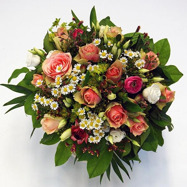 Blumenstrauß mit Rosen, Kamille, Ranunkel