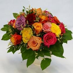 Roensenstrauss mit großblütigen bunten Rosen
