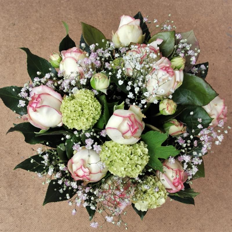 Biedermeier-Rosen im romantischen Blumenstrauß, kombiniert mit Hortensie und Schleierkraut