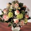 Blumenstrauß mit Rosen, Schneeball, Schleierkraut
