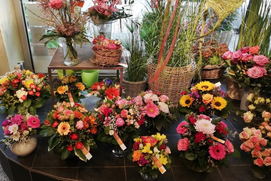 viele Blumensträuße, fertig gestaltet, stehen in unserem Geschäft für die Kunden bereit