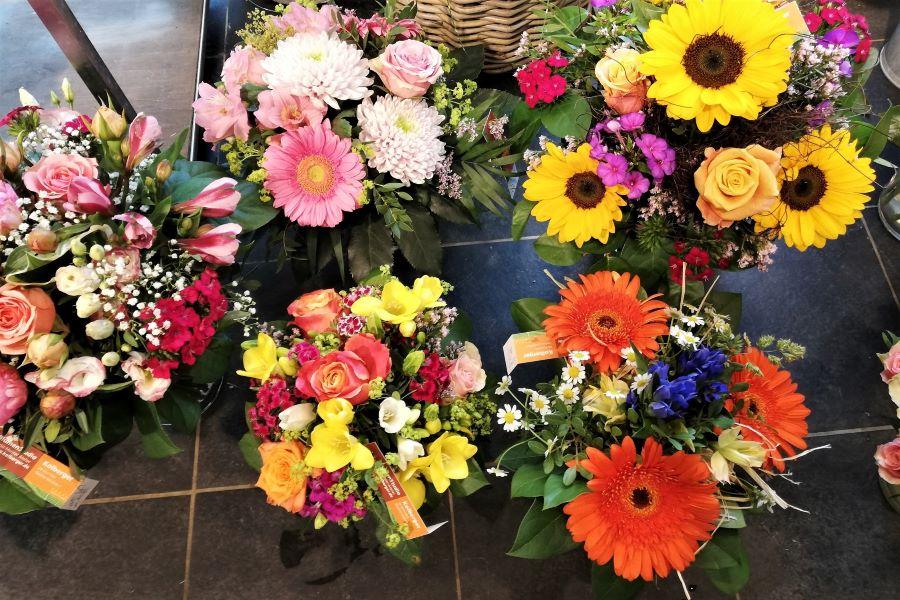 Auswahl bunte Blumensträuße von fröhlich bunt bis zart Pastell