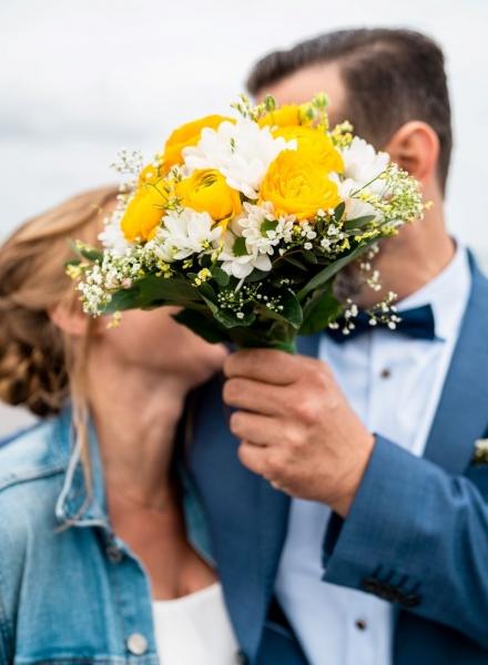 kleiner Brautstrauß mit weißen Margeriten und gelben Blumen