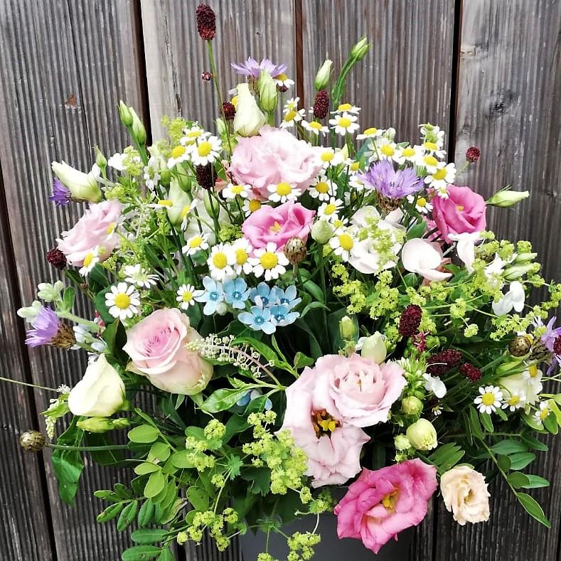 zartes Blumenbouquet mit rosa Lisianthus und rosa Rosen