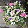 Wiesenstrauss, luftig gebunden mit rosa Lisianthus, rosa Rose, Kamille und Tweedia