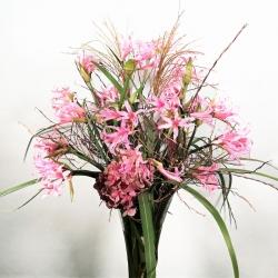 hoher Strauß aus 20 rosa Nerinen mit Beiwerk