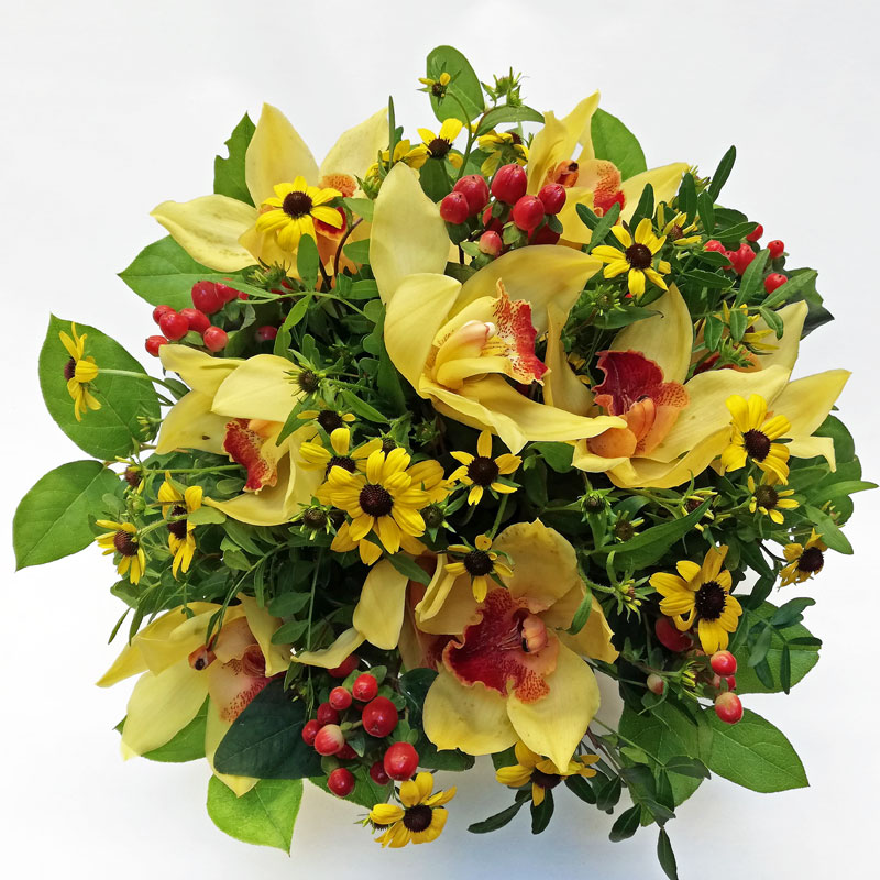 zauberhafter rund gebundener Blumenstrauß mit gelben Orchideen, gelber Gazania, auch Mittagsgold genannt und rotem Beeren von Hypericum, rund gebunden