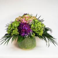 großer Blumenstrauß mit Hortensien in grüner Vase aus Keramik, Blüten in den Farben rosa-grün, violett und grün, ergänzt mit Frauenmantel und Schleierkraut