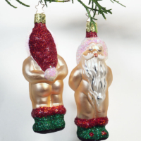 Weihnachtsmann Nakedei, die etwas andere Weihnachtskugel, zweimal Christbaumschmuck Weihnachtsmann von vorn und hinten mit roter Mütze und grünen Stiefeln, Christbaumschmuck von Inge Glas
