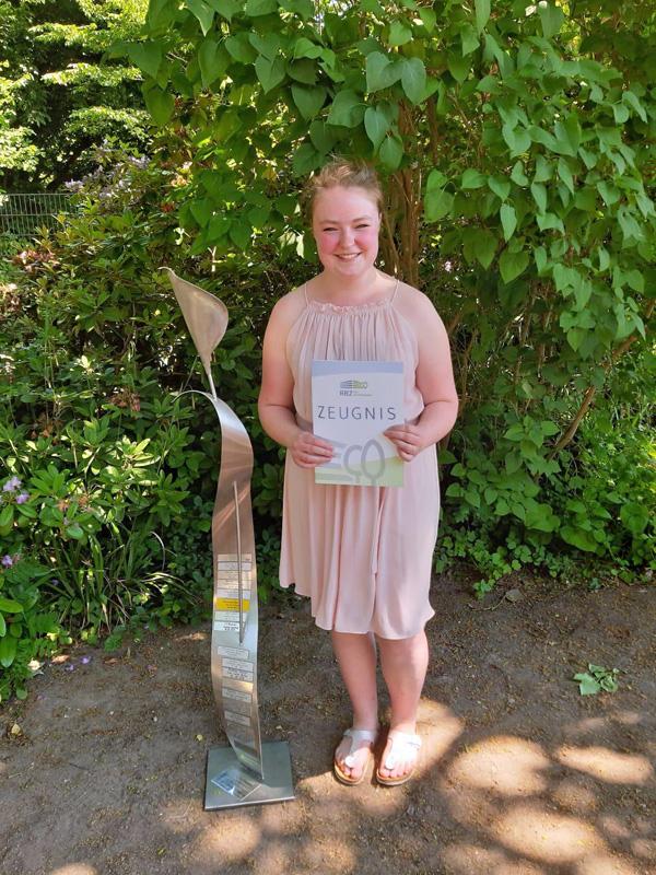 Sanja hat ihre Abschlussprüfung als Beste ihres Jahrgangs bestanden, Ausbildung zur Floristin im BlumenStudio Kolberger, stolz präsentiert sie ihr Zeugnis