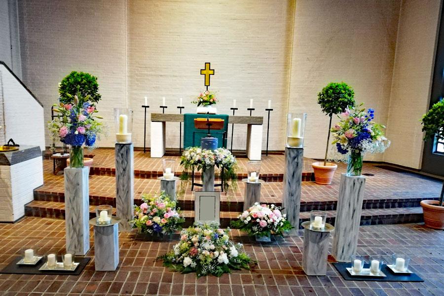 Blumenschmuck für die Trauerfeier in der Kirche in Kiel: Blumengesteck und Kranz für die Urne