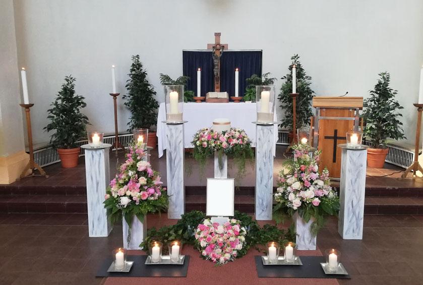 Trauerblumen für Kapelle, Gesteck in Herzform, Kranz für die Urne und hohe Gestecke in Rosa- und Weißtönen mit Rosen gearbeitet