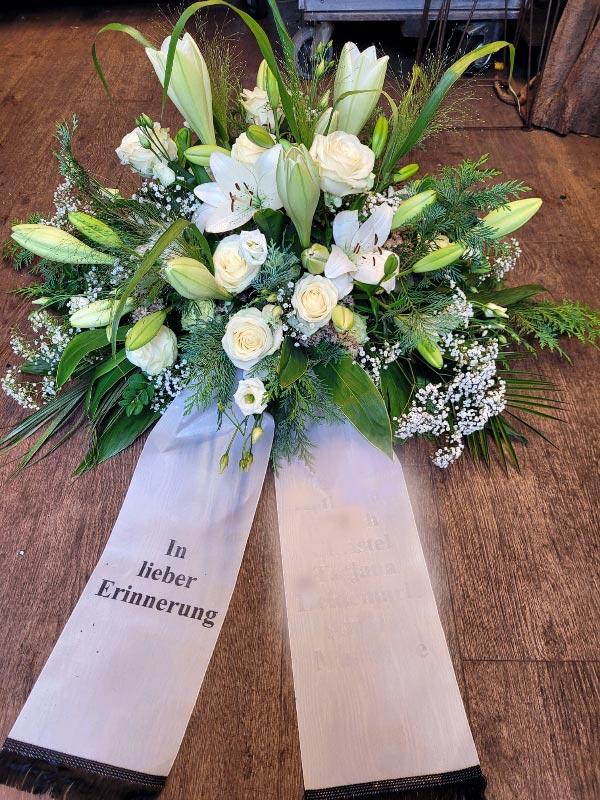 Trauergesteck mit weißen Lilien und weißen Rosen