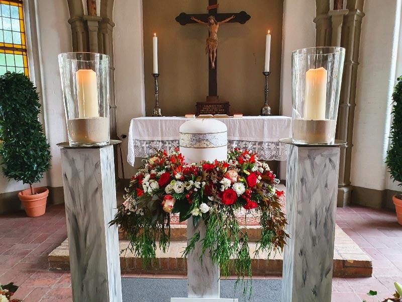 Urnenkranz mit roten und weißen Blüten, Rosen, Dahlien, Blumenschmuck für die Trauerfeier in der Kapelle